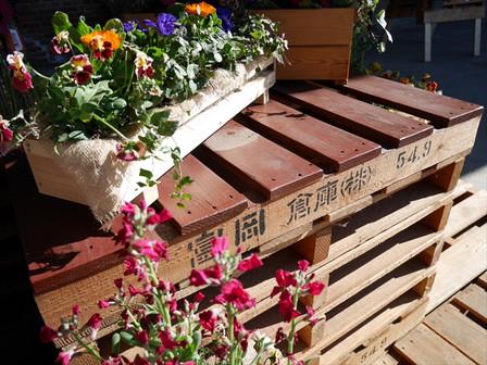 花と「富岡倉庫」簀の子