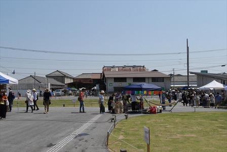 富岡市役所前広場の様子