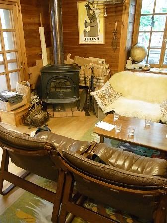 暖炉とソファ