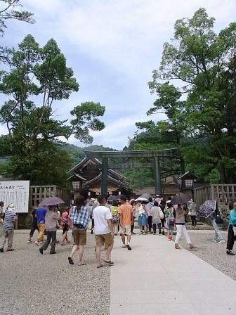 銅の鳥居と拝殿