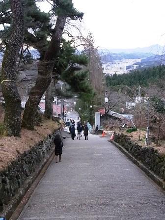 神社からの坂道