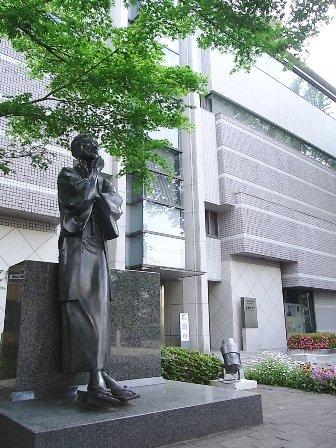 文学館と朔太郎像
